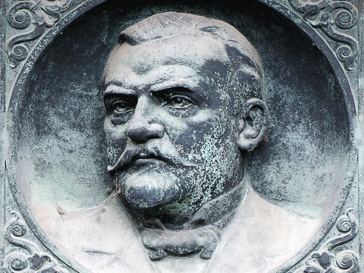 Das Bild zeigt das Bildnis Fahlbergs an seinem Grabmal auf dem Magdeburger Südfriedhof